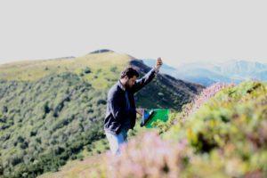 Charly cueille des plantes dans le Massif Central